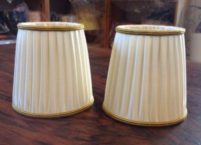 Zwei kleine Aufsteckschirmchen plissiert gerüscht mit goldfarbenem Soutachebesatz oben und unten.