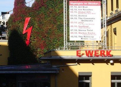 Das E-Werk in Erlangen hat rote und gelbe Lampions im Außenbereich im Einsatz.