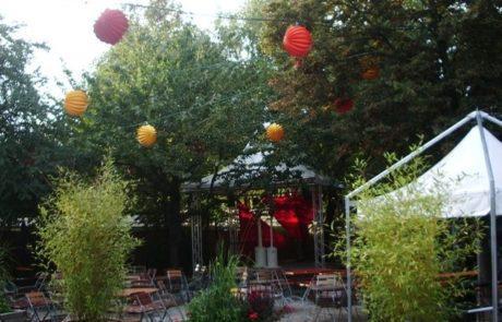 Der Außenbereich des E-Werks in Erlangen ist dekoriert mit bunten robusten Lampions.