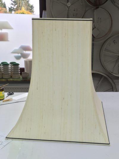 Eine eckige Pagode aus Baumwollstoff auf weißer Kaschierfolie.