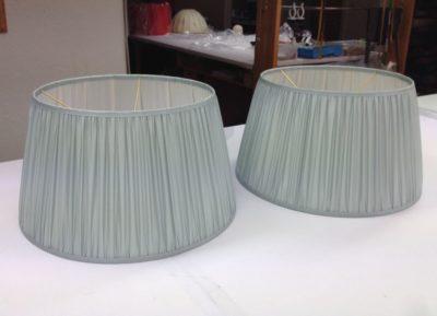 Zwei gerüschte ovale Lampenschirme aus Seidenchiffon und innen mit hellem Seidenfutter.