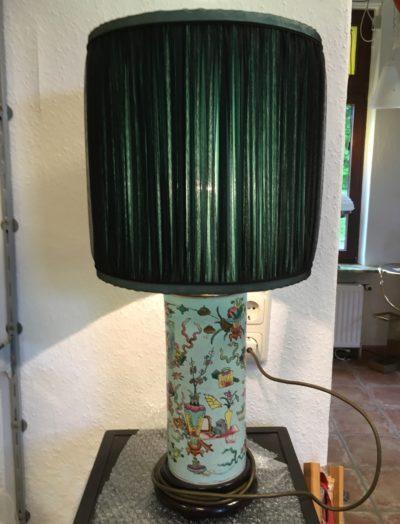 Gerüschter Lampenschirm farblich auf den Lampenfuß abgestimmt