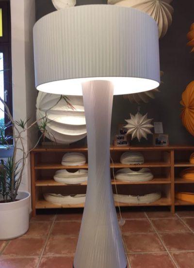 Bei dieser Lampe wurde die gewickelte Bespannung erneuert aus hellgrauem Wickelband.