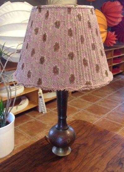 Für diesen Lampenschirm wurde ein geliebter Kinderrock umgearbeitet als Lampenschirmbezug.