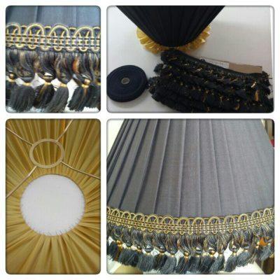 Plissierte Lampenschirm aus Seide mit Bortenbesatz oben und unten.