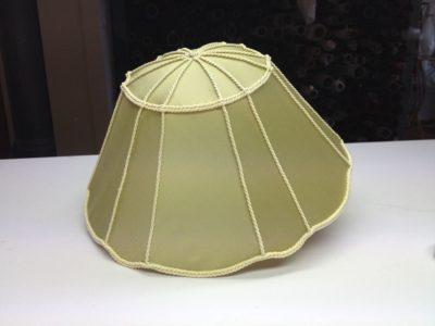 Ein neu bespannter Lampenschirm mit Seide und Kordelborten in aufwändiger Handarbeit gefertigt.