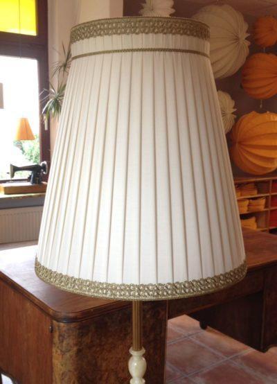 Ein großer plissierter Stehlampenschirm aus hellem Chintz mit Brokat-Bortenbesatz oben und unten.