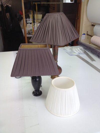 Verschiedene gerüschte und plissierte Lampenschirme aus Baumwolle und Chintz.