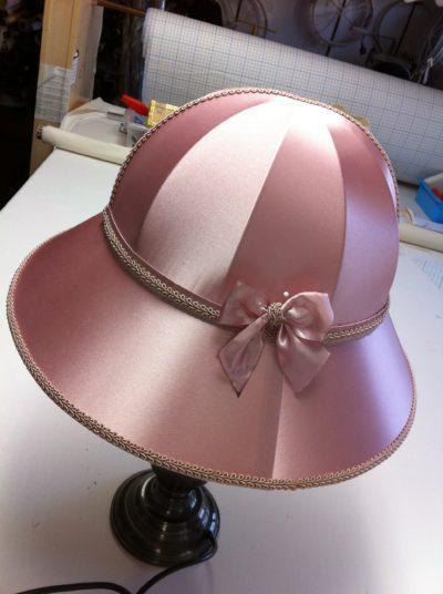 Zarte roséfarbene Seide als hutförmiger Lampenschirm aus der Lampenschirmwerkstatt Barten.