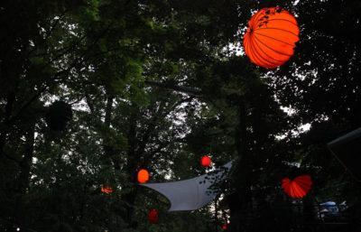 Große bunte Lampions machen einen stimmungsvollen Eindruck bei der Bergkirchweih in Erlangen.