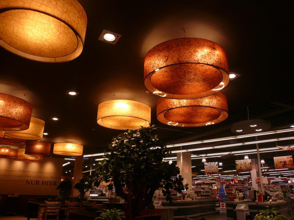 Lampenschirme mit einer mittige Blende nach unten hin.