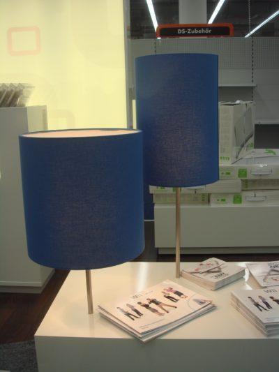 Wie Groß und Klein stehen sie nebeneinander, die beiden Lampenschirme aus dem Hause Lampenschirmwerkstatt Barten.