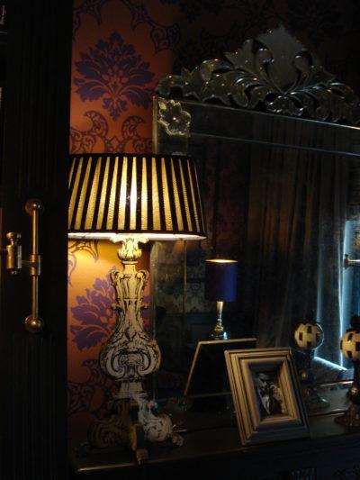 """Die Bibliothek des """"The George"""" wird beleuchtet von einem plissierten Lampenschirm."""