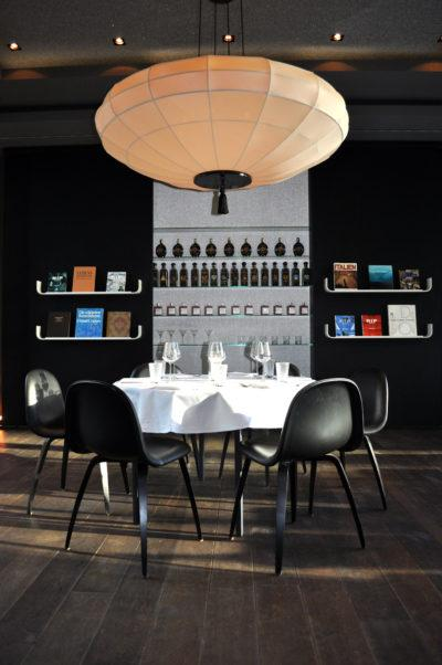 """Der Dining-Room des """"The George"""" in Hamburg mit einem grandiosen Lampenschirm mit einer Bespannung aus Stoff aus der Lampenschirmwerkstatt Barten."""