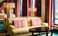Doppelwandige Lampenschirm in plissierter Ausführung für ein Hotel.