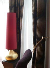 Ein sehr hoher leicht konischer Lampenschirm für ein Hotel.