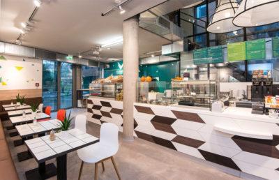 Health Kitchen auf dem UKE Gelände in Hamburg mit originell anmutenden Lampenschirmen.
