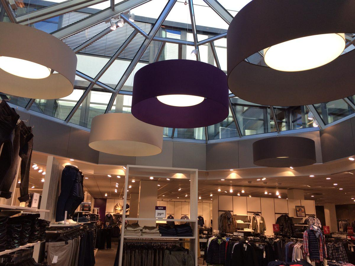 Ufo-artig schweben diese riesigen Lampenschirme in diesem Einzelhandelsgeschäft.