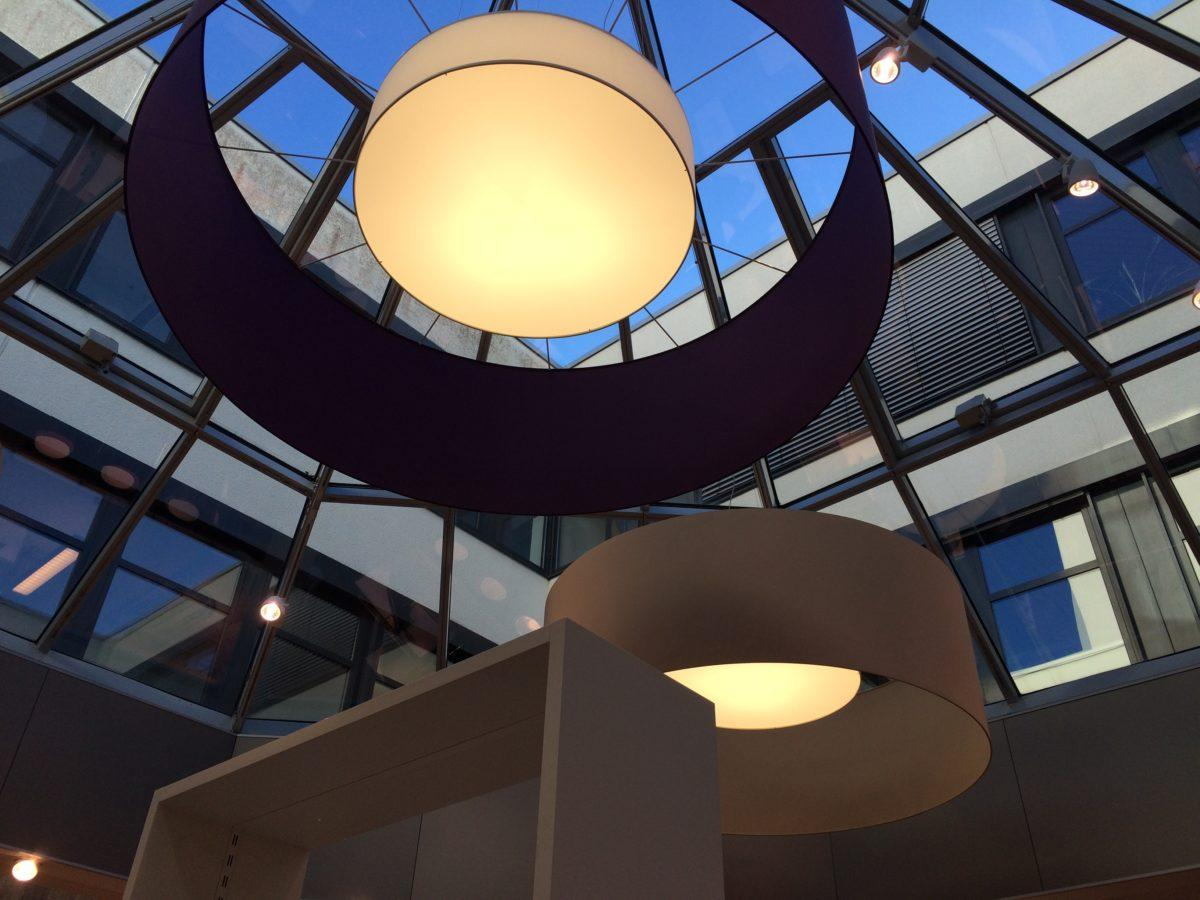 Große Lampenschirme außen mit etwas kleineren Innenschirmen in hellem Material.