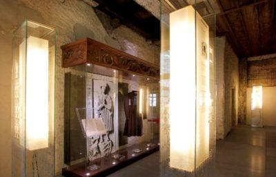 Hohe rechteckige Lampenschirm mit Druck im Humpis Museum.