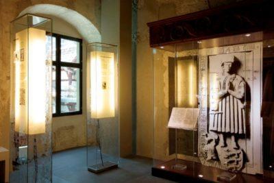Leuchtende Lampenschirme als Informationstafeln im Museum Humpis Quartier.