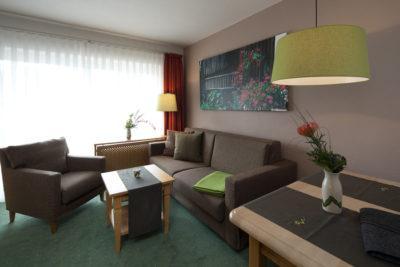 Die Lampenschirme bilden farblich passende Akzente in dem Zimmer gehalten in Naturtönen.