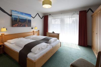 Passend dazu die Lampenschirme für die Decke und die Wandlampen am Bett.