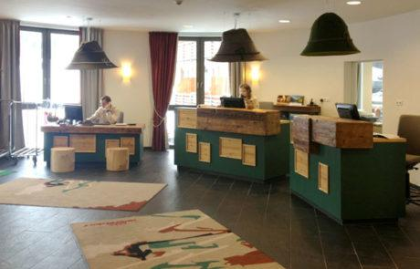 Überdimensional große Filzhüte sind ein richtiger Blickfang im Empfangsbereich in einem Hotel in Oberstdorf.