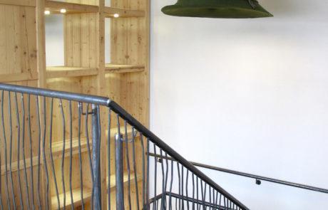 Überdimensional große Filzhüte in unterschiedlichen Ausführungen beleuchten die Treppe eines Hotels in Oberstdorf.