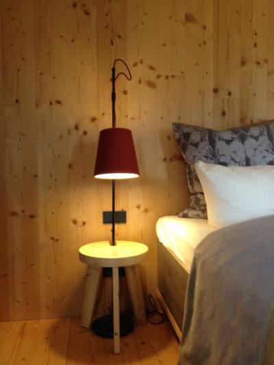 Schlichte Stehlampen mit Lampenschirmen aus rotem Wollfilz als Nachttischbeleuchtung aus der Lampenschirmwerkstatt Barten.