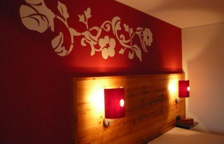 Und auch die Lampenschirme der Wandlampen sind abgestimmt auf die restliche Einrichtung des Zimmers.
