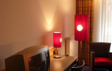 Hier haben die Stehlampe und die Tischlampe Lampenschirme in der gleichen Optik.