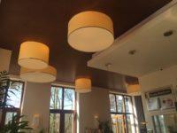 Ein Eiscafé mit freundlichen hellen Lampenschirmen aus der Lampenschirmwerkstatt Barten.