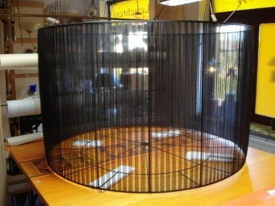 Ein großer plissierter Lampenschirm aus schwarzem Organza und einem schwarz bepulverten Lampenschirmgestell.