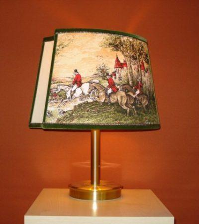 Lampenschirme mit unterschiedlichen Motiv-Stoffen und Bortenbesatz.