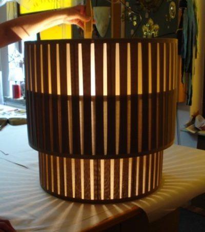 Ein plissierter Lampenschirm mit zwei Etagen aus der Werkstatt für Lampenschirme.