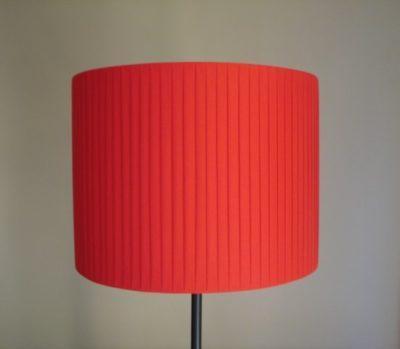 Ein roter gewickelter Lampenschirm aus der Werkstatt für Lampenschirme.