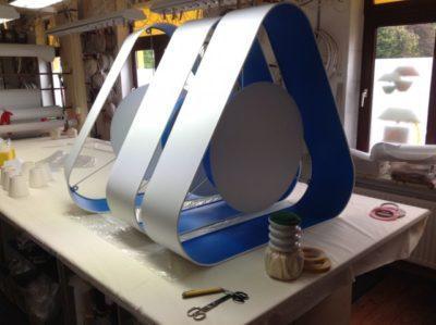 Große Lampenschirme in einer etwas anderen Form auf dem Arbeitstisch in der Lampenschirmwerkstatt Barten.