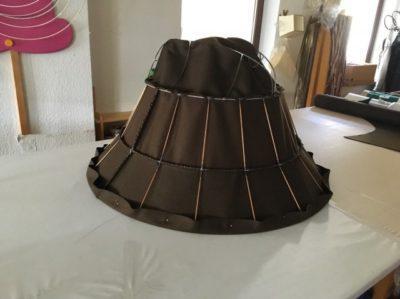 Ein überdimensonal großer Filzhut-Lampenschirm ist im Werden in der Lampenschirmwerkstatt Barten.