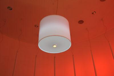 Ein Lampenschirm ausgerüstet mit Lichttechnik.