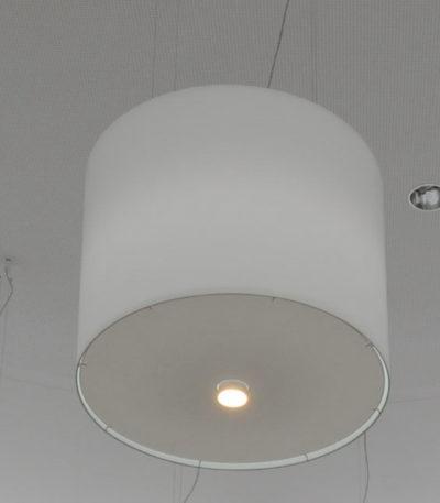 Ein großer zylindrischer Lampenschirm mit RGB Beleuchtung mit unterschiedlichen Lichtfarben und Farbtönen.