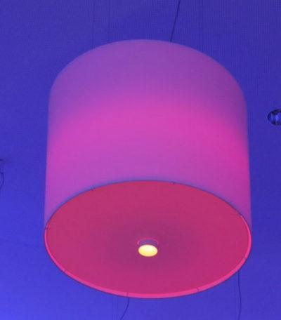 Ein großer zylindrischer Lampenschirm mit RGB Beleuchtung.