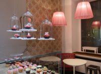 Zauberhaft gerüschte Lampenschirme in einem Cup-Cake Laden in München.