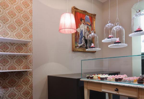 Lampenschirme und Cup Cakes schweben gleichermaßen durch den Raum.