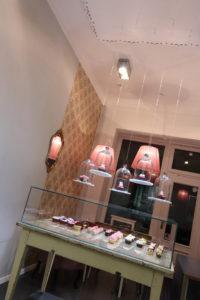Zauberhaft gerüschte Lampenschirme aus roséfarbener Seide in einem Cup-Cake Laden in München.