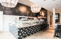 Das Café 53 in Hamburg hat sehr ausgefallene Lampenschirme aus der Lampenschirmwerkstatt Barten.