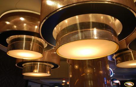 Lampenschirme belegt mit goldfarbener Spiegelfolie für eine Casino in Hamburg.