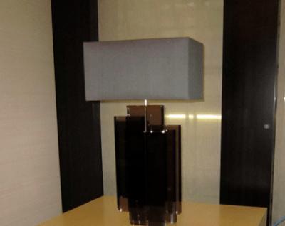 Passend zu der Wandlampe ist diese Tischleuchte, ebenfalls mit einem rechteckigen Lampenschirm aus der Lampenschirmwerkstatt Barten.