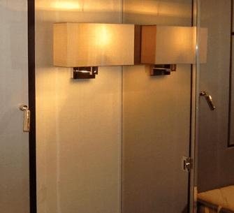 Eine Wandlampe mit einem Lampenschirm aus kaschierter Seide.