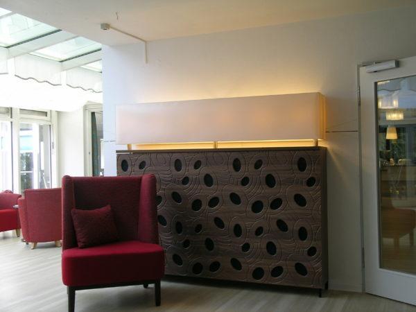 Eine Heizungsverkleidung integriert in einer Lampe als Dekoration in einer Seniorenwohnanlage.